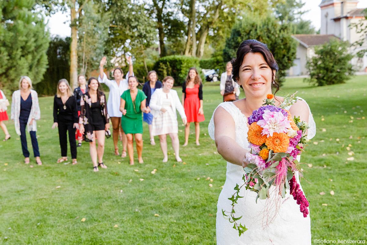 Mariage d'Aurore et Jérôme au Château de Mousens 46 lancer bouquet mariage toulouse