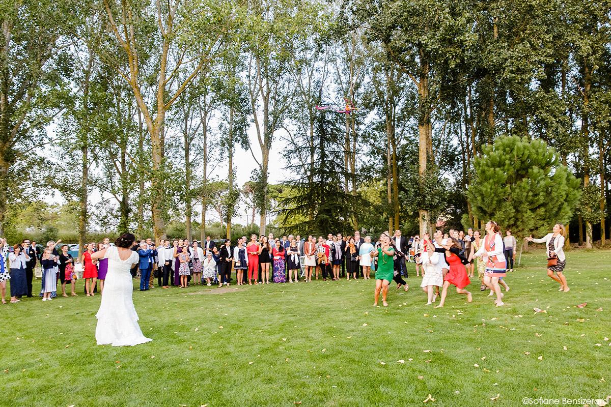 Mariage d'Aurore et Jérôme au Château de Mousens 48 throwing bouquet wedding
