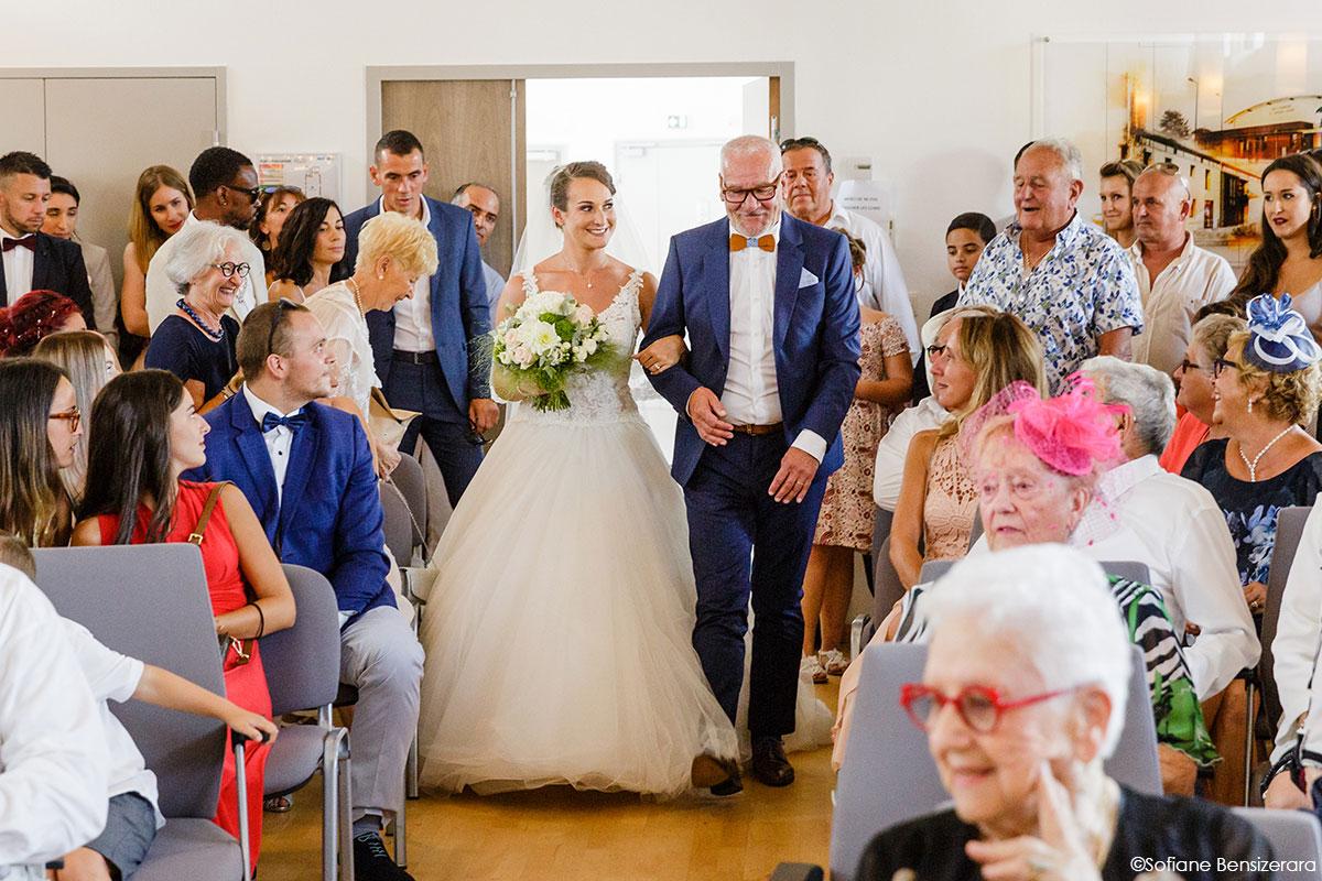 Mariage de Mathilde & Alexandre au Miroir des Lys 27 entrée mariés mairie