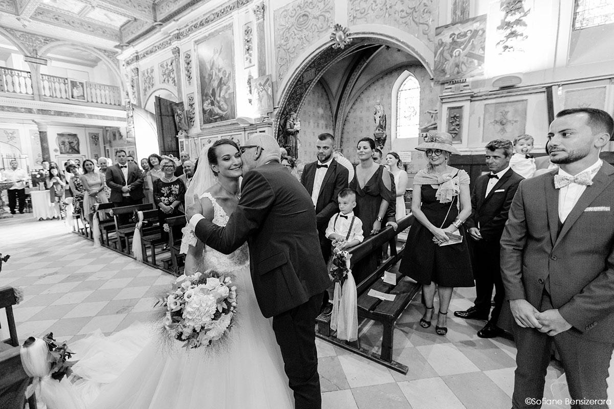 Mariage de Mathilde & Alexandre au Miroir des Lys 33 entree eglise mariage