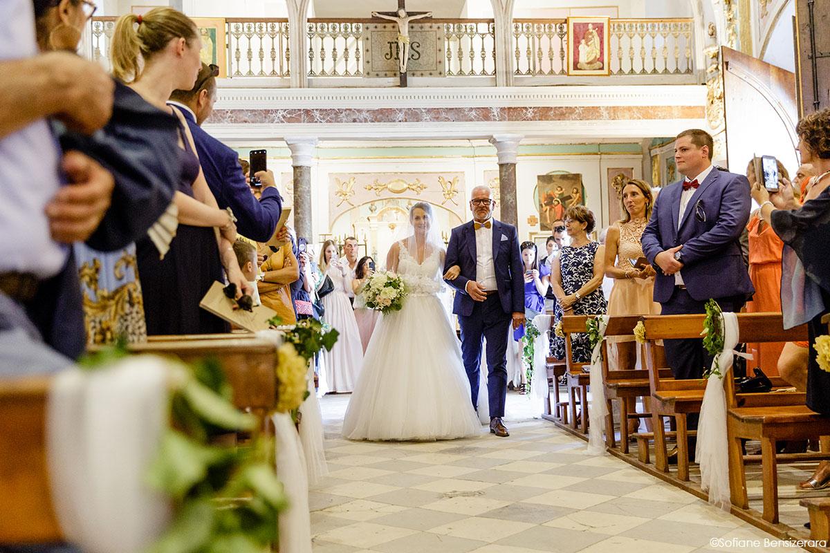 Mariage de Mathilde & Alexandre au Miroir des Lys 31 entree maries eglise