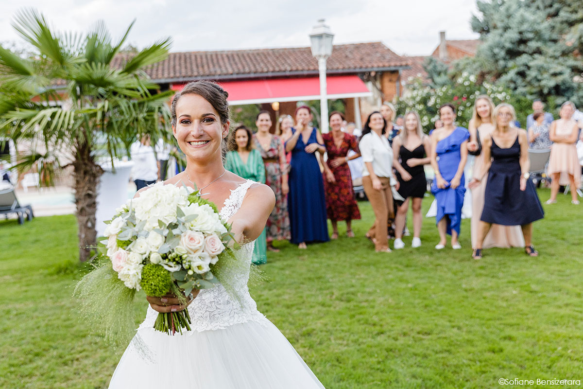 Mariage de Mathilde & Alexandre au Miroir des Lys 61 lancer bouquet mariage toulouse