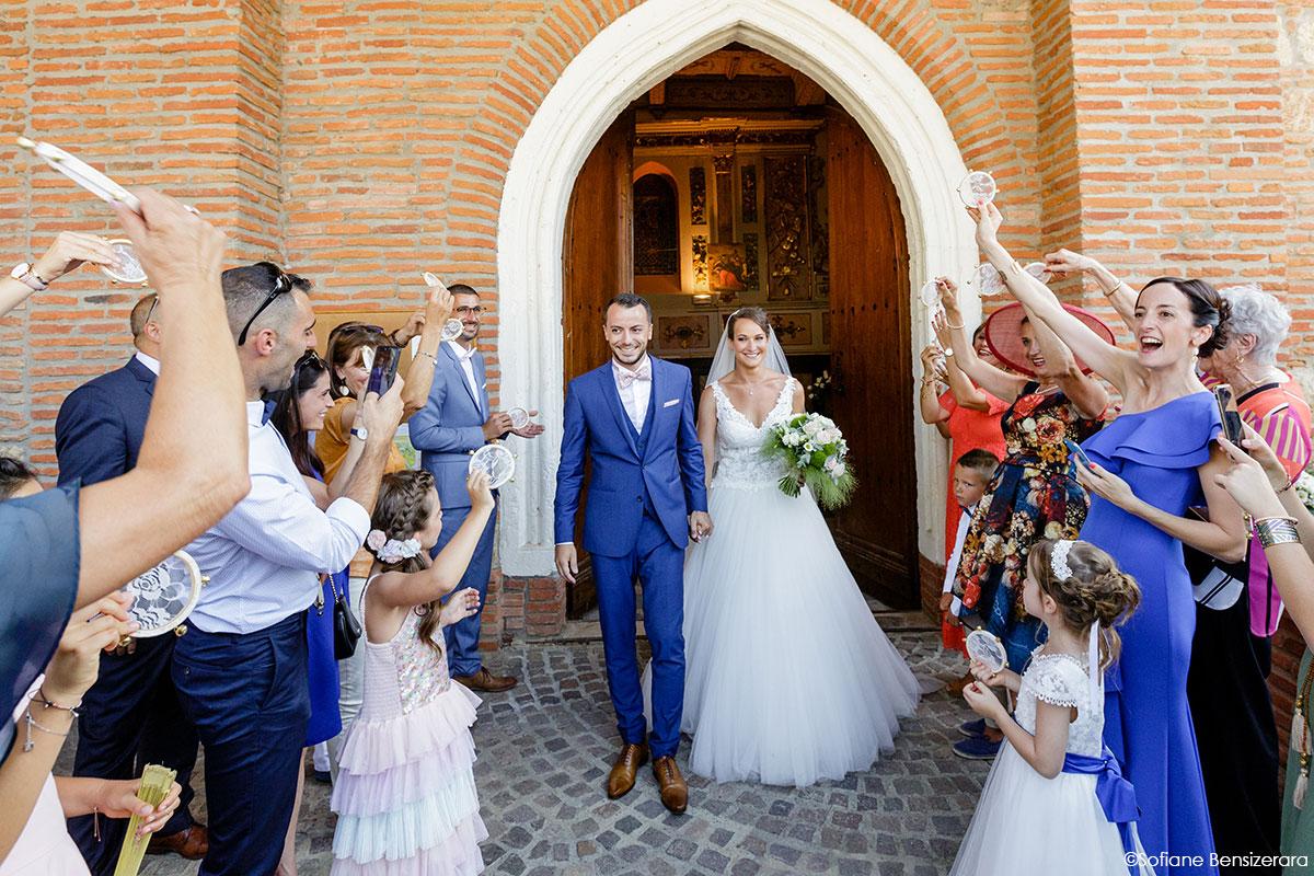 Mariage de Mathilde & Alexandre au Miroir des Lys 48 sortie eglise mariage